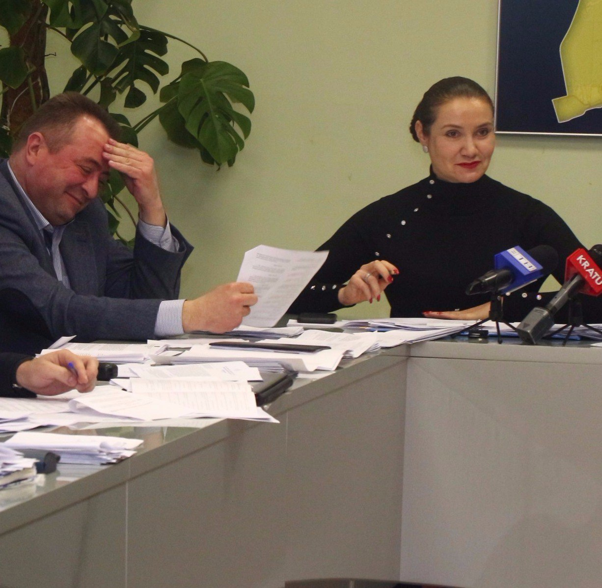 Игорь Казаков на заседании исполкома что-то пристально рассматривал у себя в штанах (видео)