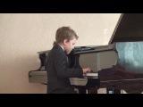 Маленький мальчик красиво играет на фортепиано☻