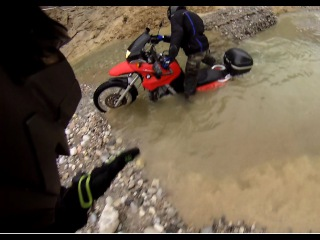 V-Strom helps Bmw f650gs when stuck in a river