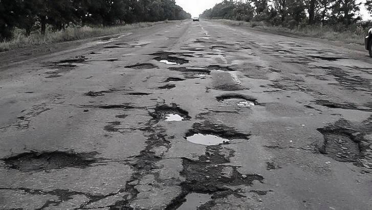 Похоже, дорога между Днепром и Кривым рогом не пережила ядерную зиму. Она и так была паршивой, а сейчас просто сказка. Пол пути машины объезжают по встречке, а половину по обочине или вообще по полям. Вчера проезжал Решетиловку и Кобеляки, там все стабильно, дороги как небыло так и нет %)