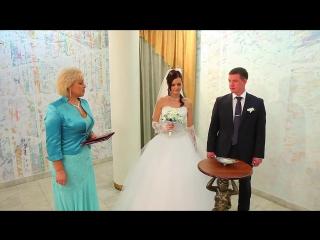 Регистрация брака в ЗАГСе!Счастливая и идеальная пара на свадьбе!Очаровательная невеста в роскошном свадебном платье выглядит пр