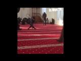 Чеченец Инвалид делает шаги в Мечети