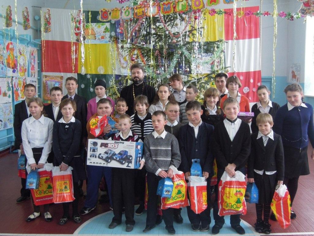 Евгений Субтельный передал воспитанникам школы-интерната Хуса-Кардоник подарки от Деда Мороза