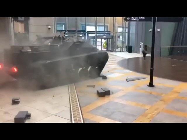 Танк проломил стену торгового комплекса в Дубае