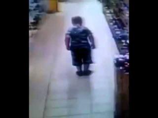 Lagarta de fogo sai do cu do garoto e deixa  abismado o transeunte c/ Video