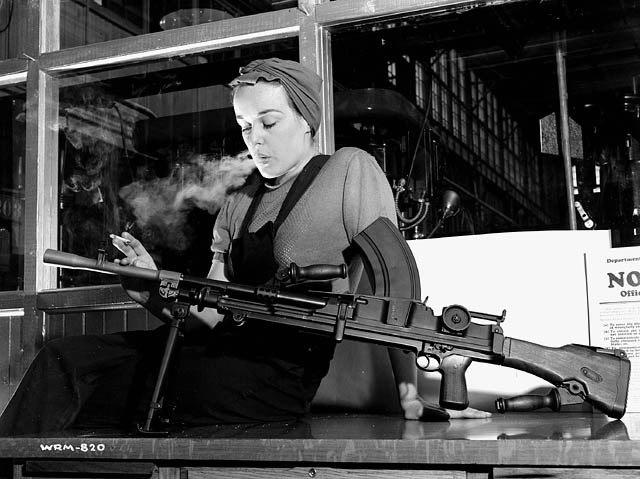 Вероника Фостер, служащая компании John Inglis Co. Ltd., известная под именем «Ronnie, Bren Gun Girl», позирует с готовым Bren Mk1 на заводе John Bond в Торонто, Канада, 1941