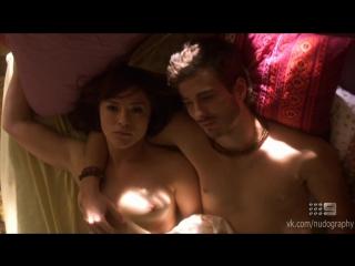 В постели с парнем - Элла Скотт Линч (Ella Scott Lynch) голая в сериале Дитя любви (Love Child, 2014) s01e07