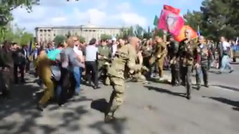 Бандеровские фашисты были наказаны в Николаеве, а красно-черный флаг сломан и растоптан 9 мая 2017
