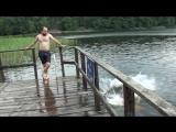 Пиндос не учил физику, из-за чего ушибся и упал в воду