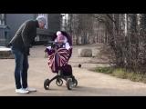Папа гуляет с дочкой, а мама в это время греется в машине?