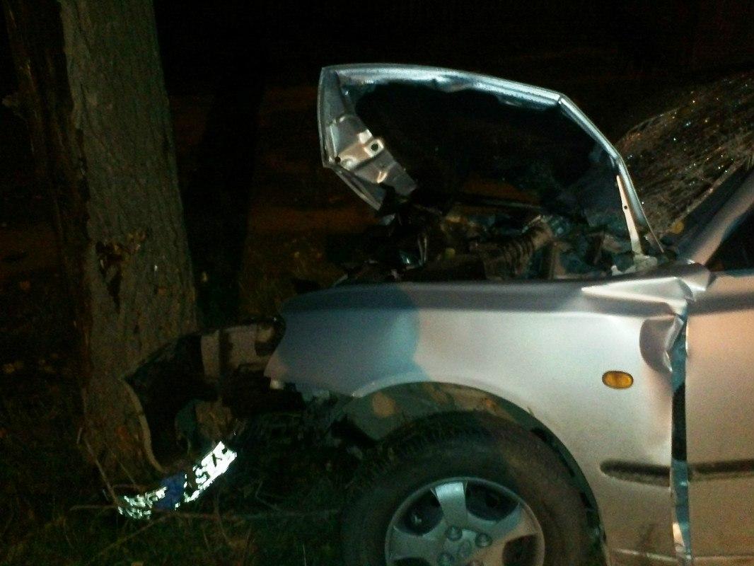 Под Таганрогом Hyundai Accent слетел с трассы и врезался в дерево, четверо пострадавших
