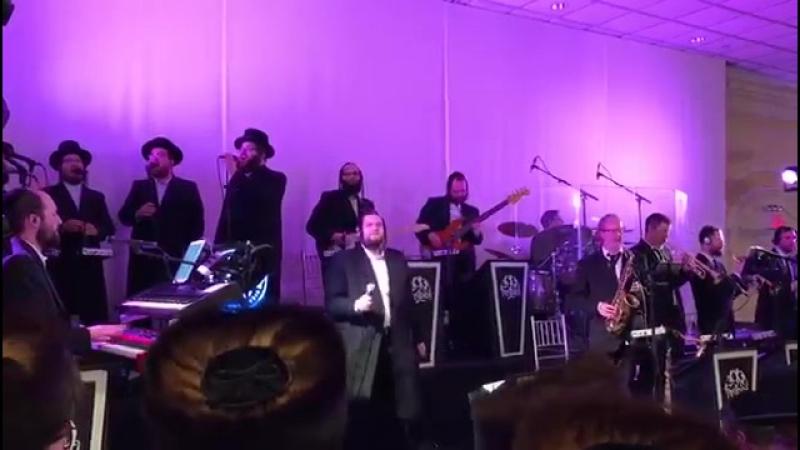 Shmueli Ungar and Shira choir and freilech band singing עם ישראל חי from avrum fried
