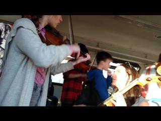 Прекрасные девушки играют прекрасную музыку в электричке #скрипка #москва #музыка #классика #виолончель