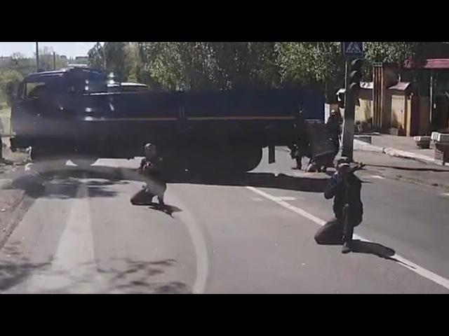 Е...ть попали. Боевики перекрыли дорогу, наставили оружие. Трасса Донецк Славянск.09 мая 2014