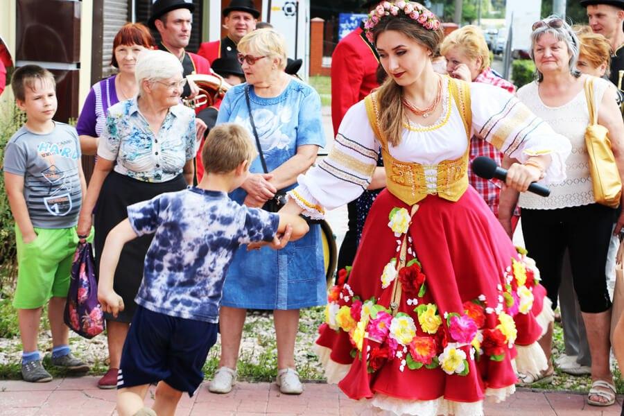 Для гостей «Куриного Дома» выступили духовой оркестр и солисты одного из лучших российских хореографических ансамблей
