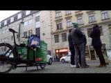 Sven Liebich wirbt für die Grünen an deren Wahlkampfstand in Halle
