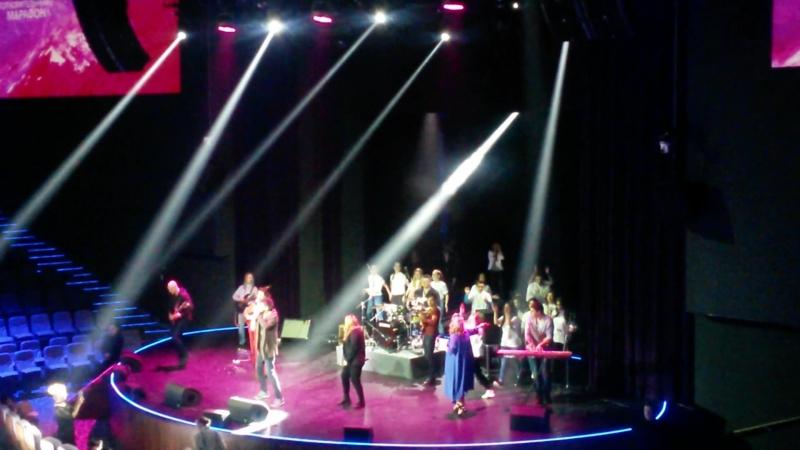 Группа МэнЧестер и президент ассоциации онкологических пациентов Ирина Боровова, благотворительный концерт Будем жить!, Vega