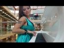 Олеся Малибу играет на рояле