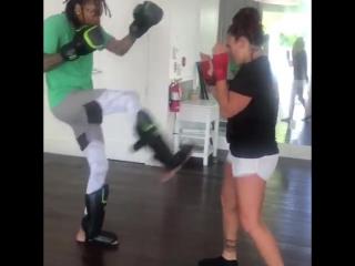 Wiz Khalifa практикует удары с Кэт Зингано [Рифмы и Панчи]