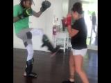 Wiz Khalifa практикует удары с Кэт Зингано Рифмы и Панчи