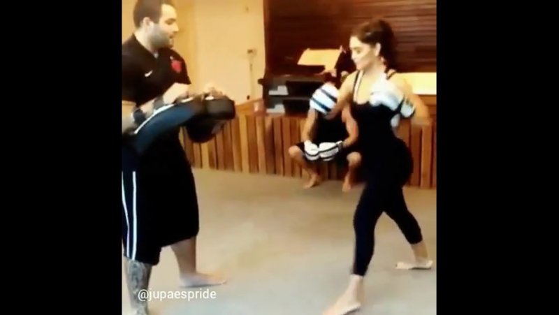 Juliana Paes (Жулиана Паес) боксирует.