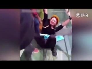 Страх перед высотой на стеклянном мосту в Китае