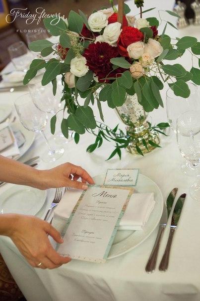 Меню, рассадочная карточка и композиция на стол. Декор и флористика: Friday Flowers