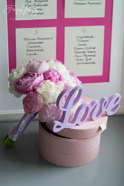 Букет невесты и план рассадки. Декор и флористика: Friday Flowers; Каллиграфия: Татьяна Дементьева
