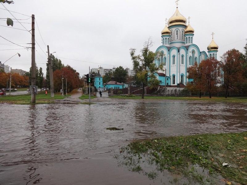 Дороги Харькова стали судоходными (ФОТО, ВИДЕО)
