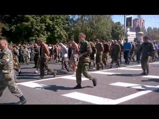 """Донецк , парад украинских военнопленных ( """" твари , убийцы - будьте вы прокляты """" )"""