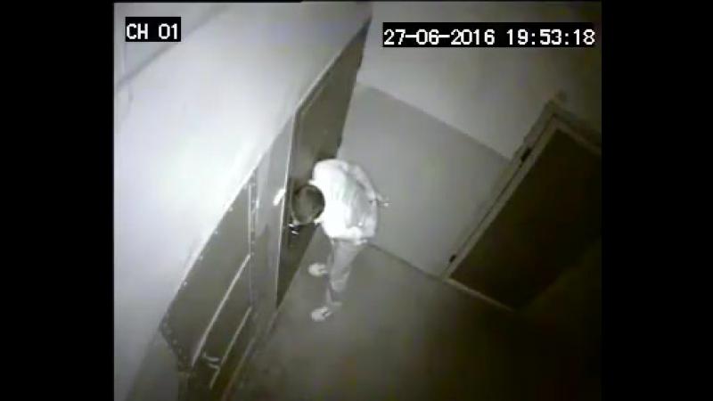 Как вор выбирает квартиру для грабежа