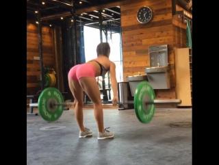 Сильная девушка на тренажерах. Street workout. Кроссфит. Фитнес зал