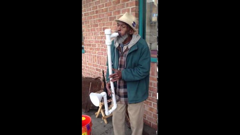 Классно! Мужик играет на трубах для сантехники.