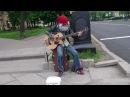уличный музыкант!!ОЧЕНЬ КРУТО ИГРАЕТ НА БАС ГИТАРЕ!!ПИТЕР!!