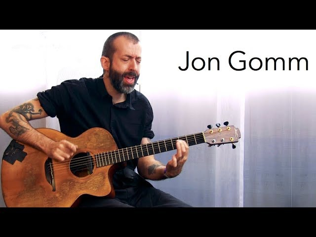 Jon Gomm playing at the Guitar Summit 2017
