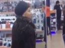 Треш! Бабка с топором в салоне сотовой связи! Орет! Смотреть до конца!
