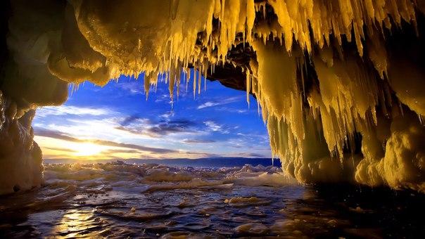 Это Байкал. Ледяной грот на острове Харанцы. Потрясающий вид. Заставля