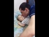 Вот как надо укладывать ребенка спать :)
