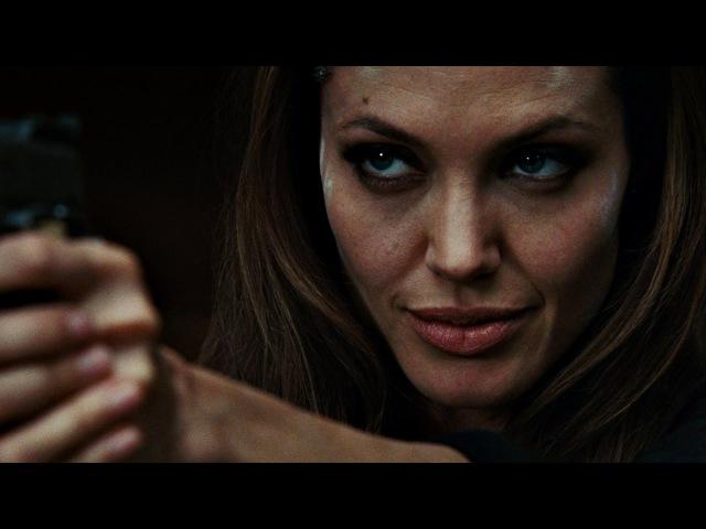 Фокс (Анджелина Джоли) убивает членов братства Ткачей одной пулей. Особо опасен. 2008.