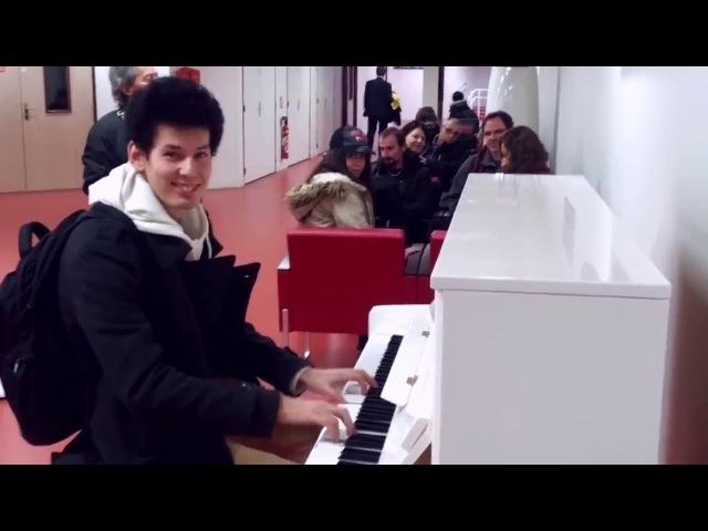 Парень играет 10 тем из популярных произведений на фортепиано в аэропорту