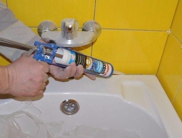 Герметизация шва вокруг ванны.