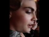 Кендалл снимает, как они вместе с Карой смотрят Валериан (ору с названия)