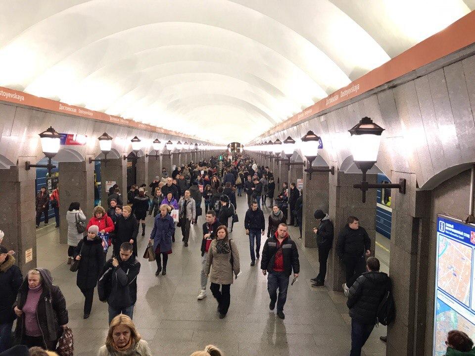 Несколько станций петербургского метро были закрыты навход ивыход