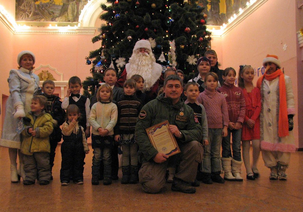 Герои нашего времени: Дед мороз не плачет - как петербуржец Артур Закиров устраивал праздники детям и военным Донбасса