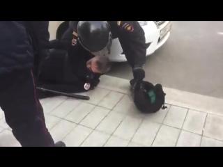 Какой-то отморозок вырубил полицейского