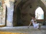 Macaco, Capoeira technique from the Akban-wiki