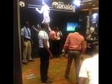 Люди прыгают за мячом на высоте Роналду