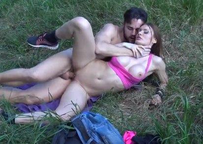 Познакомились в лесу и сразу же решили отметить это сексом