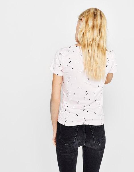 Эластичная футболка с V-образным вырезом