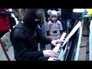 Омоновец красиво сыграл на пианино.